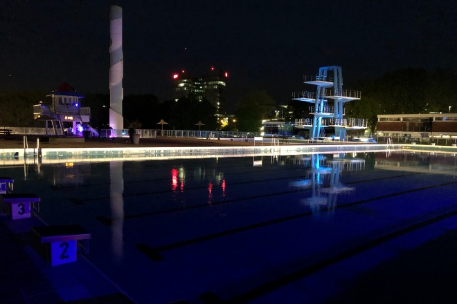 Foto: Sportbecken bei Nacht