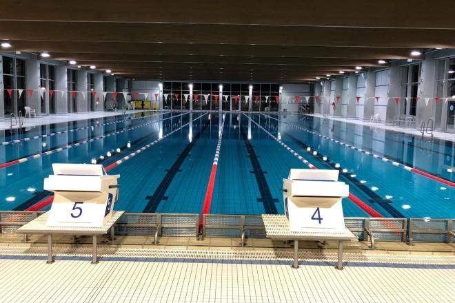 Foto: Sportbecken des Schwimmzentrums Rüttenscheid mit Startblöcken