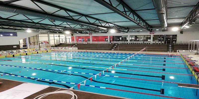 Foto: Schwimmbecken des Sportbads Thurmfeld mit Blick auf die Tribüne