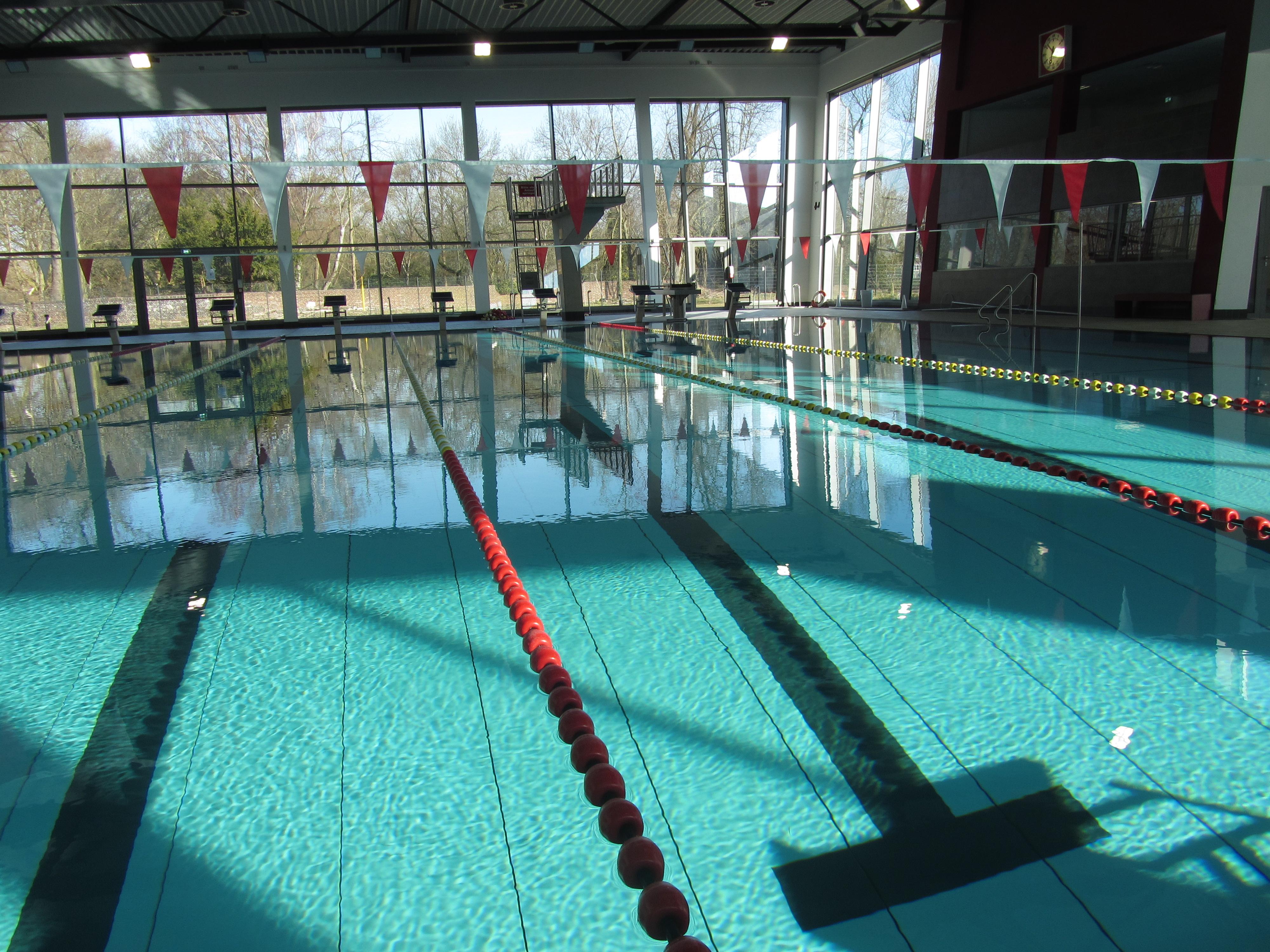 Foto: Blick auf die Schwimmbahnen im Sportbad Thurmfeld