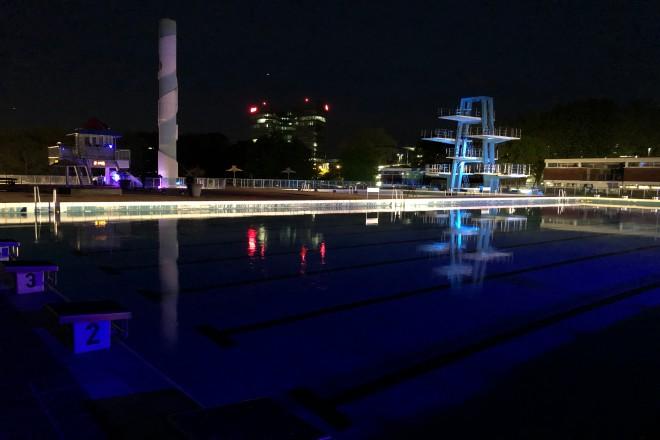 Bild: Sportbecken bei Nacht
