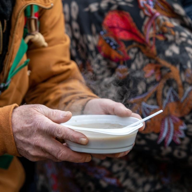 Foto: Eine Person hält eine Suppenschüssel.