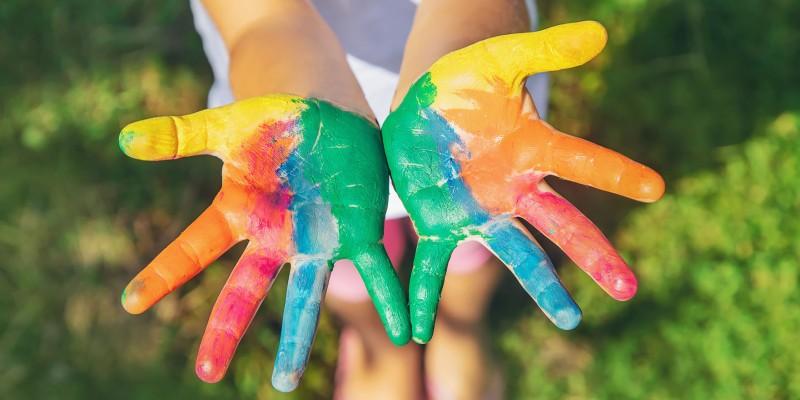 Foto: bunt angemalte Kinderhände