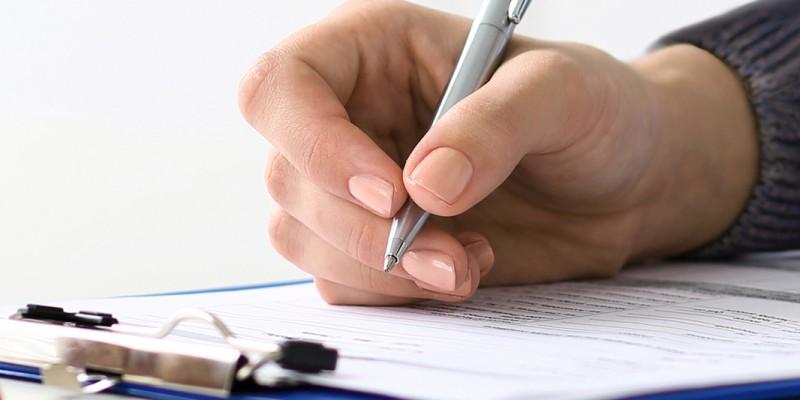 Foto: Nahaufnahme einer Beratung oder Befragung, wo nur die Hände zu sehen sind. Ein Formular wird ausgefüllt.