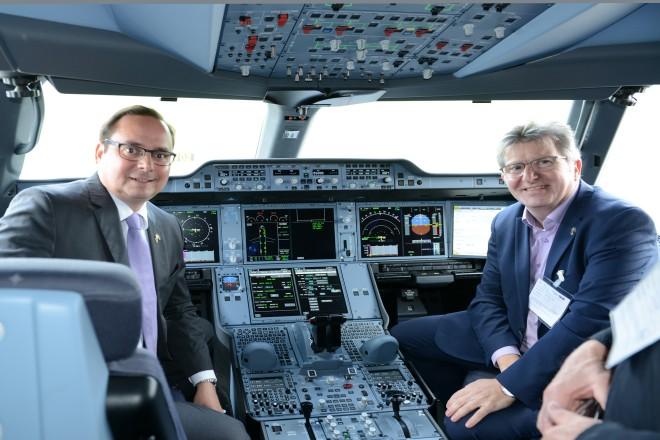 Oberbürgermeister Thomas Kufen und Sozialdezernent Peter Renzel im Cockpit des neuen Flugzeug