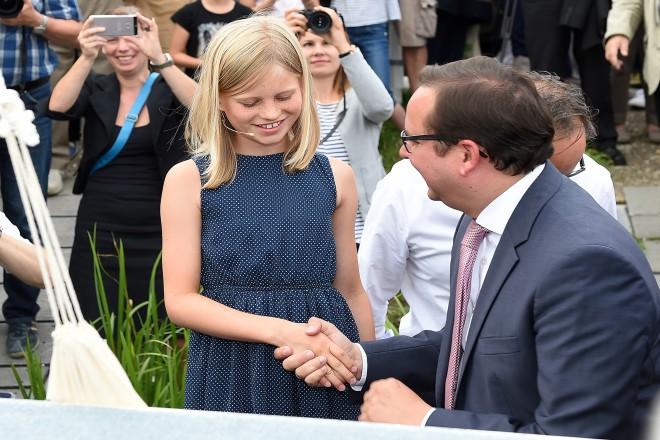 Oberbürgermeister Thomas Kufen bedankt sich bei der Taufpatin Paula.