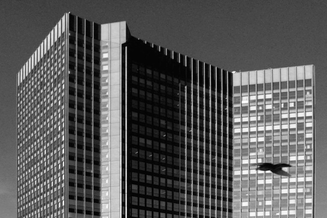 Foto: Rathaus der Stadt Essen in schwarz-weiß.
