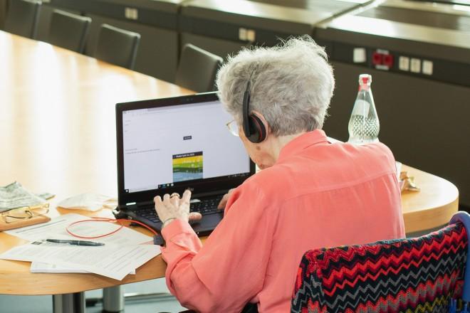 Foto: Teilnehmende des Bürgerforums nehmen die Möglichkeit wahr im Rathaus Essen die Technik zu nutzen