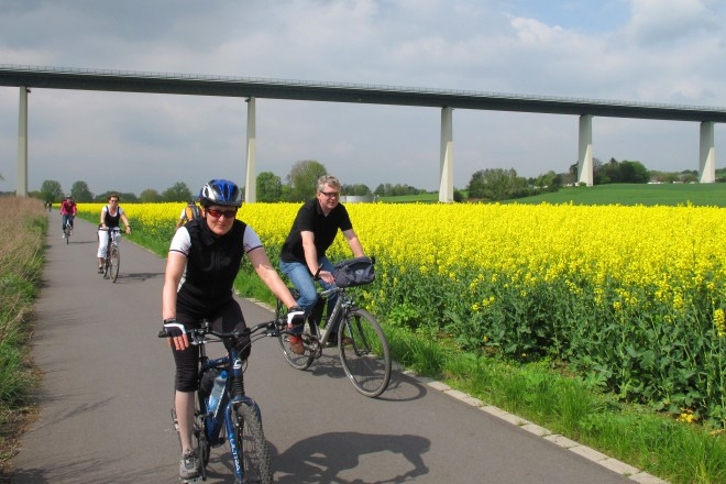 Foto: Radfahrer bei Kettwig-Ickten. Im Hintergrund die Mintarder Autobahnbrücke (A52)