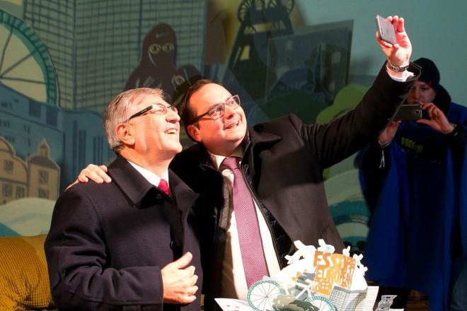 EU Umweltkommisar Karmenu Vella (links) und Oberbürgermeister Thomas Kufen machen ein Selfie von der Eröffnung.