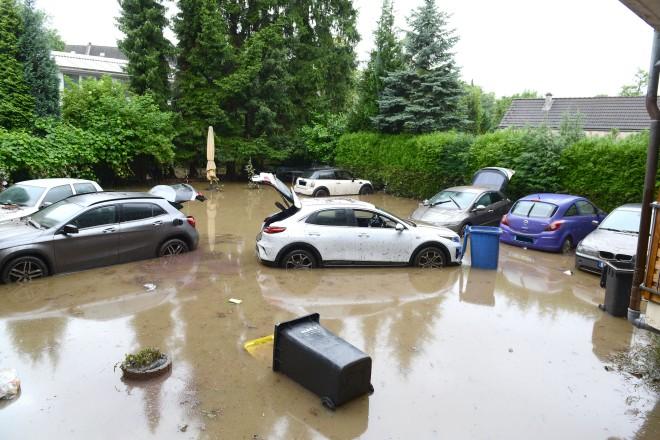 Viele Autos wurden durch das Hochwasser beschädigt. Blick auf einen Hinterhof an der Kupferdreherstraße