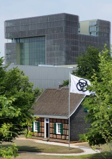 Stammhaus der Familie Krupp, im Hintergrund das neue Headquarter der ThyssenKrupp AG