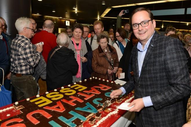 40-jähriges Rathausjubiläum Oberbürgermeister Thomas Kufen schneidet die Geburtstagstorte an