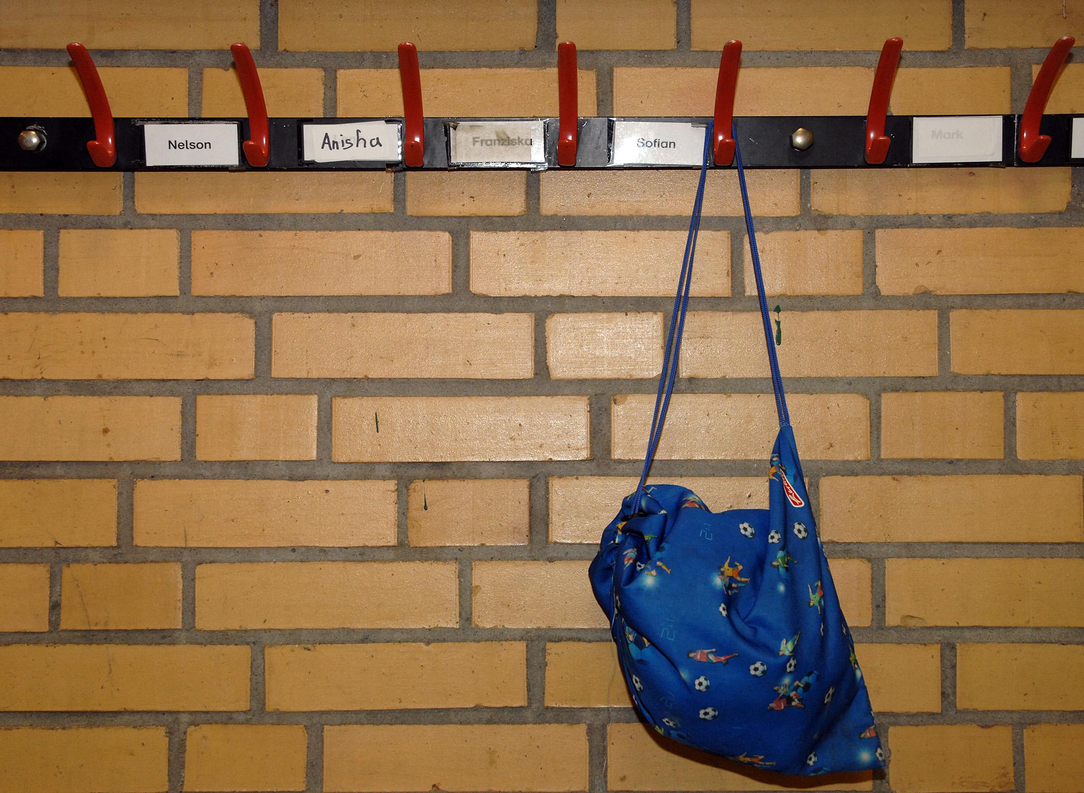 Foto: an der Wand aufgehängter Turnbeutel