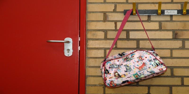 Foto: Umhängetasche aufgehängt am Garderobenhaken