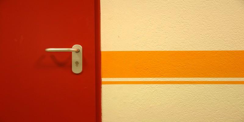 Foto: Ausschnitt einer roten Tür
