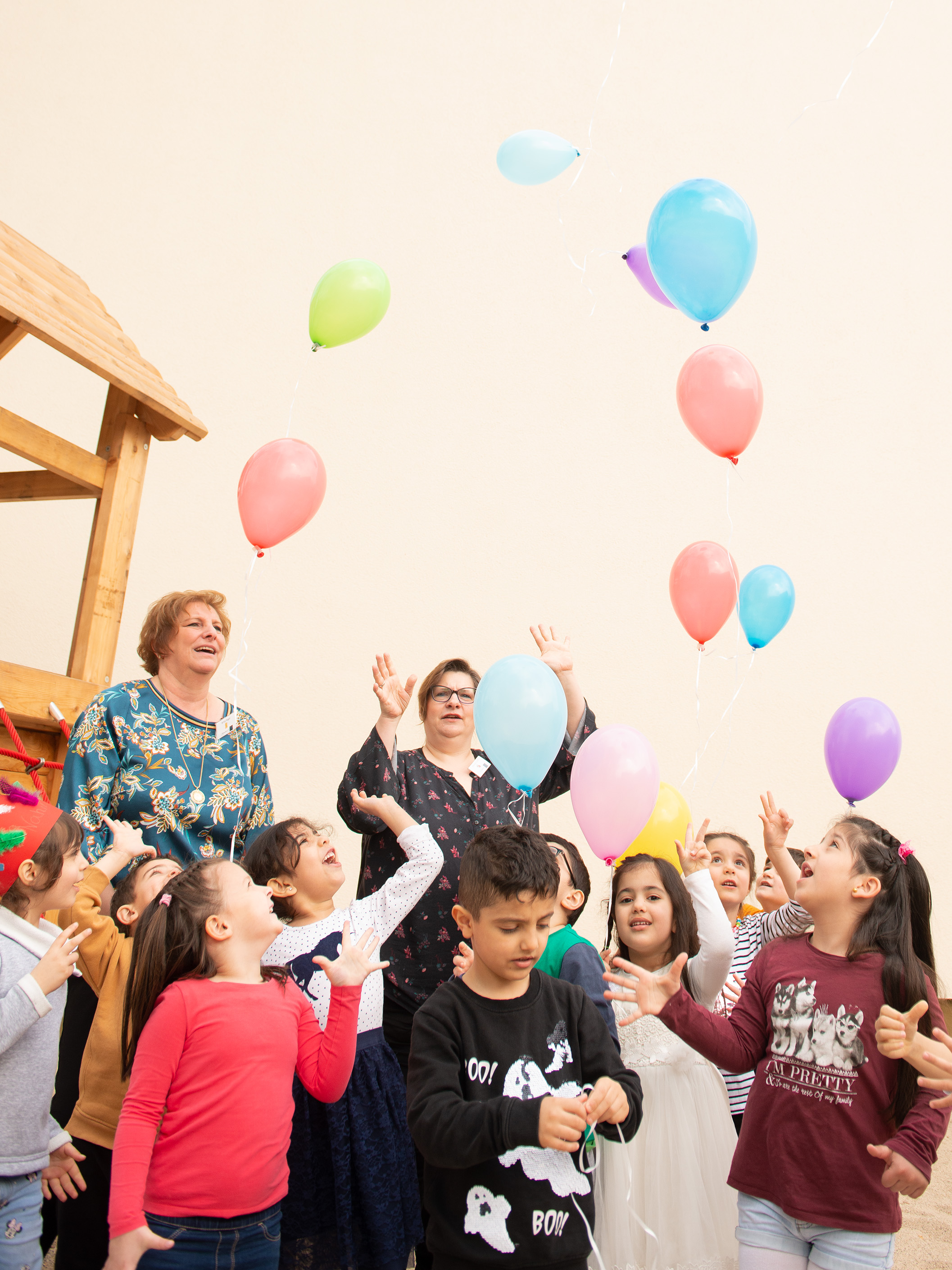 Foto: Die Kinder lassen zur Feier Luftballonssteigen.