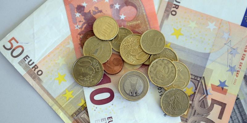 Foto: Gelscheine und Münzen
