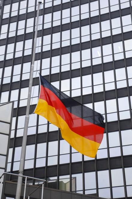 Foto: Deutschlandfahne auf Halbmast vor dem Essener Rathaus