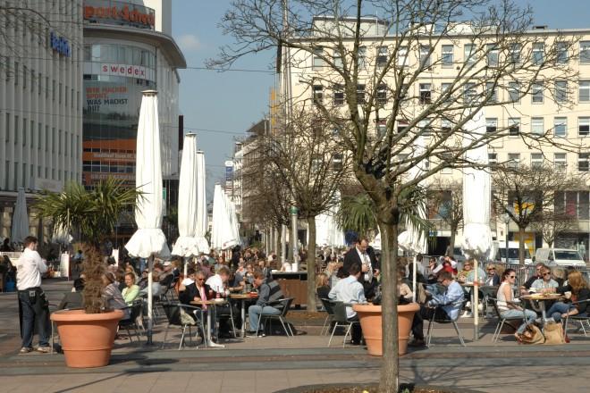 Foto: Menschen in einem Straßencafe
