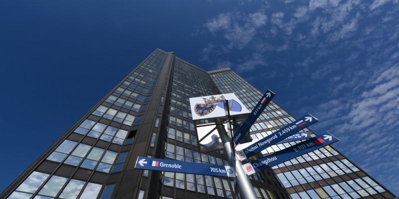 Rathaus mit Hinweisen zu den Partnerstädten
