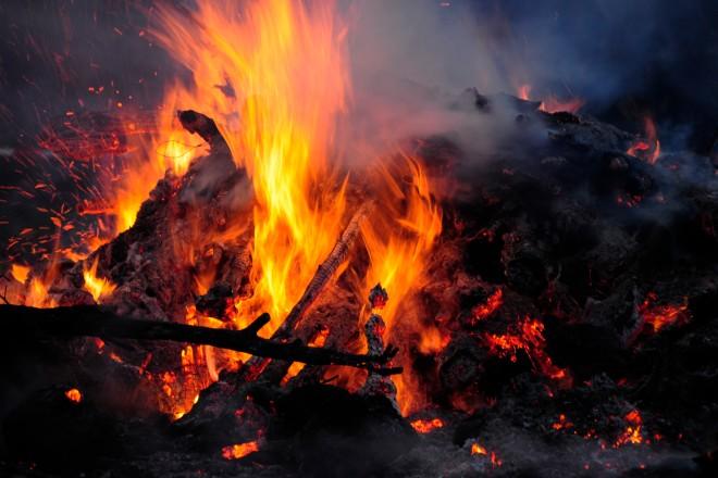 Foto: brennende Holzstücke