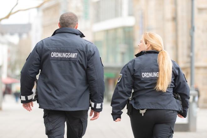 Foto: Neue Uniformen des Ordnungsamts; 2019; Mit neuem Streifenwagen.;