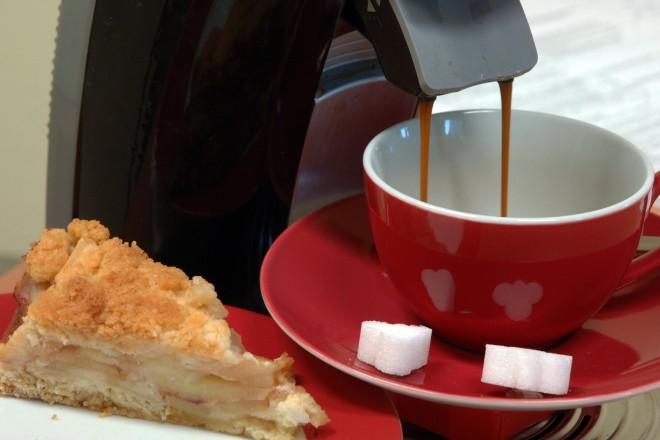 Foto: eine Tasse Kaffee und ein Stück Kuchen