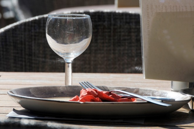 Foto: Teller und Glas