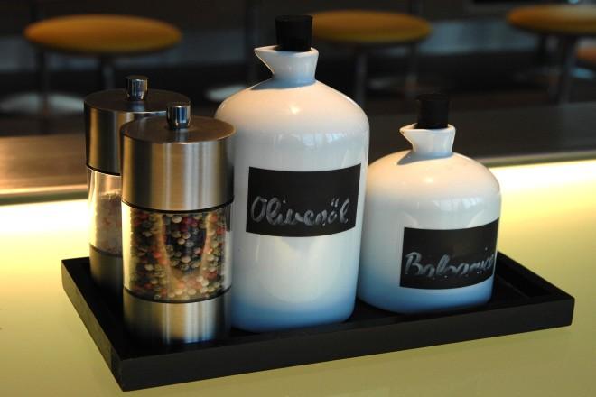 Foto: Salz; Pfeffer; Balsamiko und Olivenöl auf einem Tablett