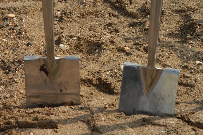 Foto: Zwei Spaten die in die Erde gesteckt wurden