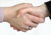 Foto: Zwei Personen geben sich die Hand