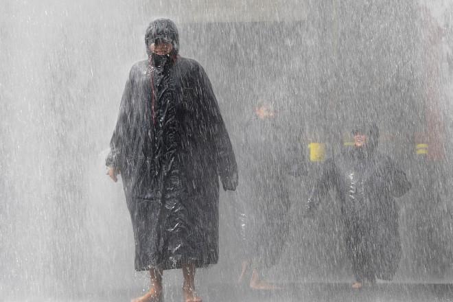 Foto: Menschen in strömendem Regen