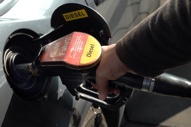 Foto: Auto das mit Diesel getankt wird