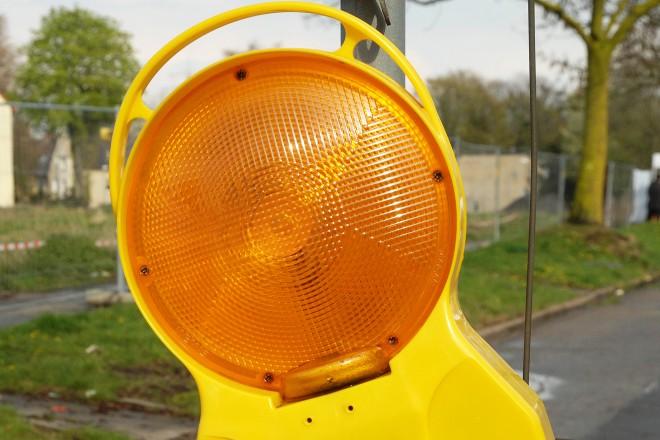 Foto: Nahaufnahme einer Baustellenlampe