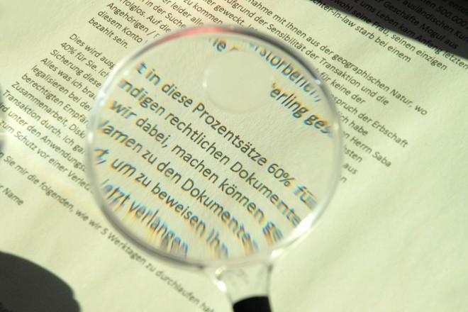 Foto: Ein Text der durch eine Lesehilfe vergrößert wird
