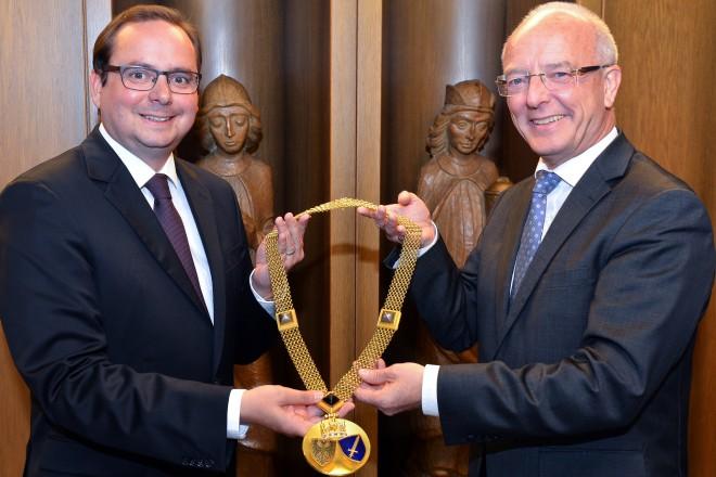 Foto: Oberbürgermeister Reinhard Paß (rechts) überreicht die Amtskette an seinen Nachfolger Thomas Kufen.
