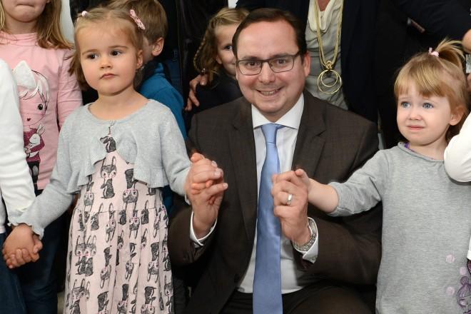 Oberbürgermeister Thomas Kufen übergab heute (23.10.) den Neubau der Städtischen Kita Diemelstraße offiziell seinem Zweck: 54 Kinder werden in drei Gruppen in der neuen Kita künftig bilingual gebildet und betreut.