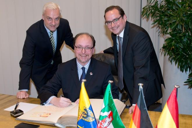 Foto: Francisco de Asis Aguilera Aranda, Generalkonsul des Königreichs Spanien trägt sich ins Stahlbuch der Stadt Essen ein