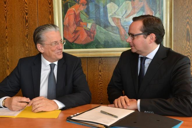 Foto: Prof. Dr. Jochen A. Werner, Ärztlicher Direktor des Universitätsklinikums im Gespräch mit Oberbürgermeister Thomas Kufen