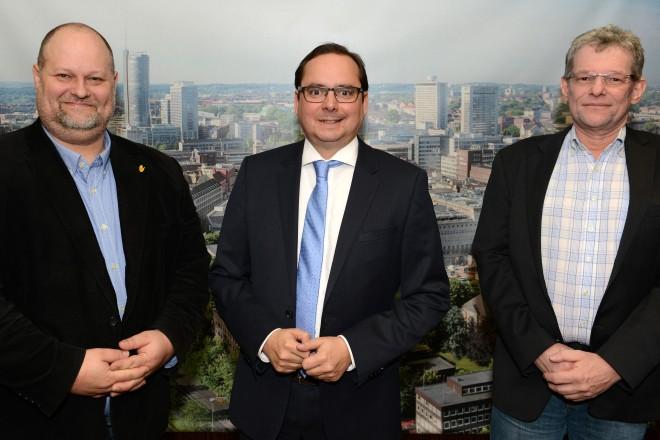 Foto: Antrittsbesuch vom Konzernbeschäftigtenrat bei Oberbürgermeister Thomas Kufen ( Mitte ) Vorsitzender Thorsten Urbahn ( links ) und Stellvertreter Dirk Achatz