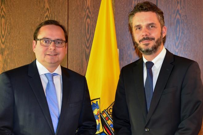 Foto: Oberbürgermeister Thomas Kufen (links) und Christoph Gusovius, stellvertr. Präsident der Gemeindeprüfungsanstalt NRW