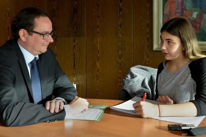 Lara Gehrmann vom ZEUS-Projekt interviewt Oberbürgermeister Thomas Kufen. Foto: Peter Prengel
