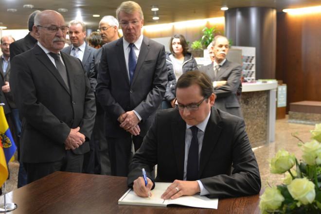 Oberbürgermeister Thomas Kufen trägt sich in das Kondolenzbuch ein. Im Hintergrund die Bürgermeister Rudolf Jelinek (links) und Franz-Josef-Britz. Foto: Peter Prengel, 16. 11. 2015