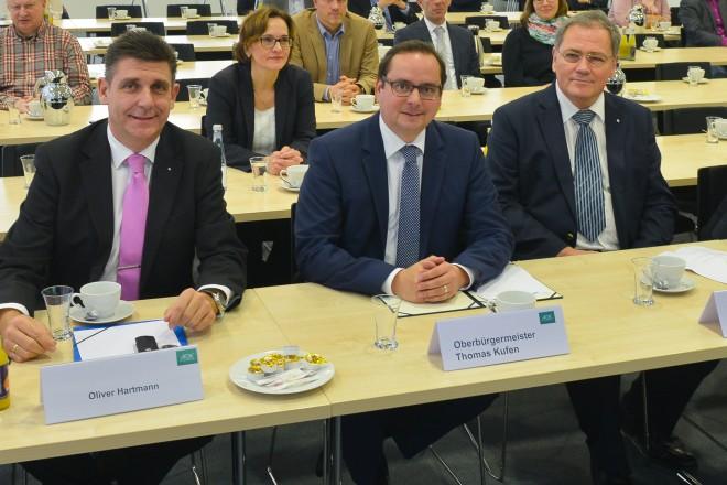 """Am Vormittag (18.11.) nahm Oberbürgermeister Thomas Kufen (3.l.) an einem Kongress zur Aktion """"1000 Leben retten Ruhr"""" teil. Ziel der Aktion ist es über das Thema """"Darmkrebsprävention"""" zu informieren und aufzuklären."""