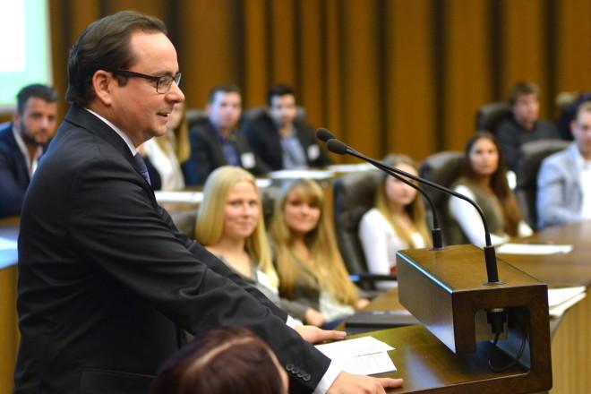 Oberbürgermeister Thomas Kufen richtet Grußworte an die Teilnehmerinnen und Teilnehmer der Jugend- und Auszubildendenversammlung.