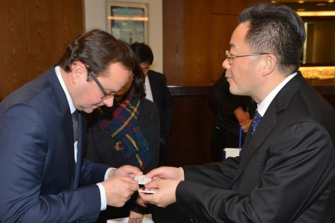 Oberbürgermeister Thomas Kufen begrüßt den Vertreter der chiniesischen Stadt Luzhou, Bürgermeister Liu Qiang. Er ist mit einer Delegation aus der Provinz Sichuan zu Gast in Essen.