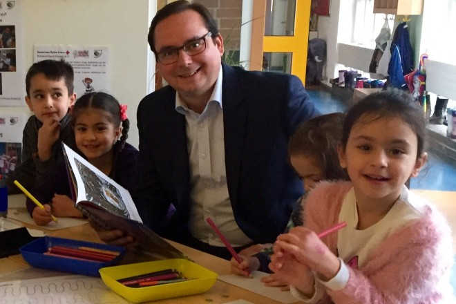 Oberbürgermeister Thomas Kufen liest im Rahmen des zwölften bundesweiten Vorlesetages den Kindern der KiTa Flözstraße eine ihrer Lieblingsgeschichten vor.