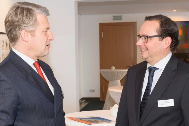Oberbürgermeister Thomas Kufen (rechts) im Gespräch mit Nikolaus Graf von Matuschka, CEO HOCHTIEF Solutions AG und Vorstandsmitglied der HOCHTIEF Holding bei derHOCHTIEF Stakeholder-Dialogveranstaltung.