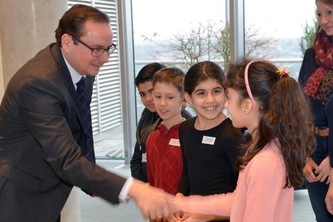Oberbürgermeister Thomas Kufen gratuliert den Schülerinnen und Schülern der Berliner Schule aus Frohnhausen zum 1. Platz beim RWE-Klimaschutzpreis.